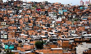 Neste exato minuto, um terço da população mundial está morando em favelas e assentamentos informais, em áreas urbanas.